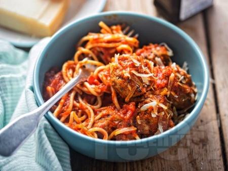 Спагети със замразени кюфтенца и доматен сос на фурна - снимка на рецептата